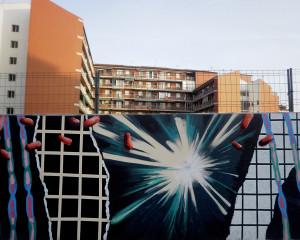 Jeroni Ivaseta ens porta la reflexió que proporcionen dues visions diferents: la dels projectes que s'edifiquen darrere d'una tanca, on es percep un espai en procés, i la del grafit urbà situat sobre la tanca, on es descriu un món interpretat .