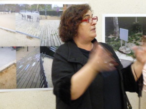 La Montserrat Soto presentant l'exposició