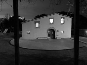 Gisela Arancibia  presenta una fotografia en blanc i negre. L'espectador es troba amb uns barrots en primer terme, i en un segon pla un espai que va ser privat i que posteriorment s'ha convertit en públic.