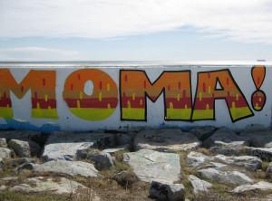 Laura Álvarez exposa una fotografia amb un llenguatge poètic, on ens trasllada a un entorn natural i ens enfronta a un mur límit amb grafits.