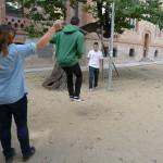 Noia donant corda i nen saltant