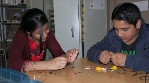 Mashuda i Umair construeixen els microfons de contacte.