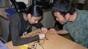 Sosaku y Roma contrueixen els micrófons de contacte.