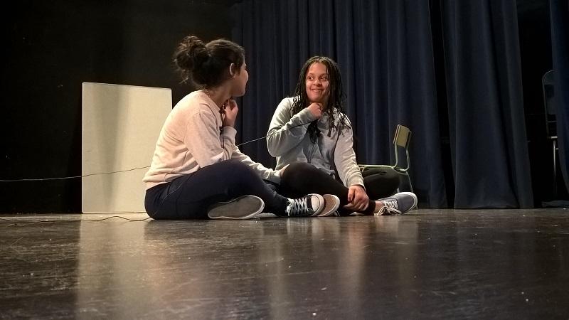 La Yasmina i la Carmen parlen amb el micro