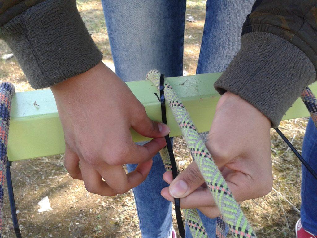 Col.loquem les cordes a les estructures