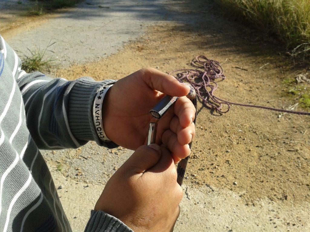 Posem cinta adhesiva i cremem les puntes de les cordes. O ens quedarem sense elles!